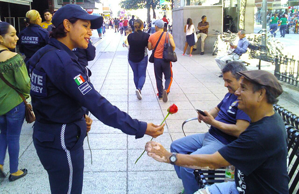 Cadetes de Policía y Tránsito regalan rosas, previo al Día del Amor y la Amistad en Monterrey