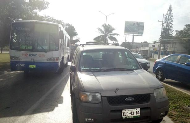 Enorme congestionamiento vehicular provocó choque entre un autobús y una camioneta