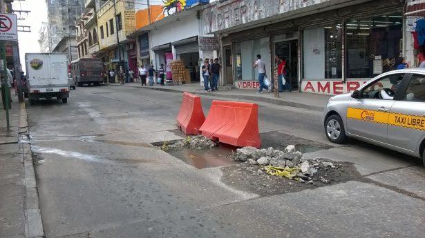 Ruptura de línea de drenaje provoca caos vial en céntrica calle de Tampico