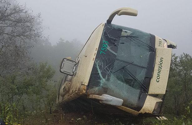 Autobús de pasajeros cae a un barranco de la carretera México-Tampico