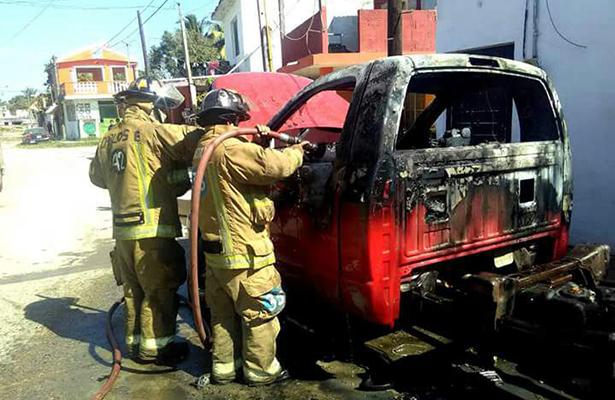Camioneta abandonada se incendia en Col. Vicente Guerrero