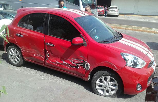 Camión invade carril e impacta a un vehículo particular
