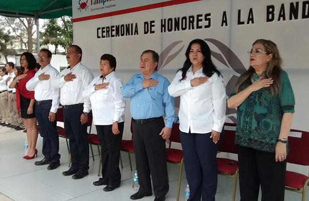 Encabezó la alcaldesa honores a la bandera en el Cbta 12