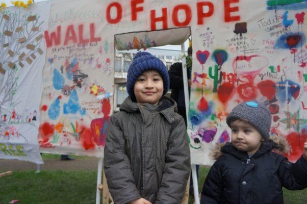 Británicos se solidarizan con México en contra de muro divisorio