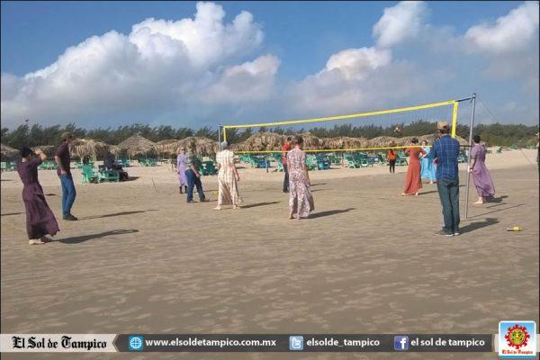 Menonitas disfrutan de las aguas frescas de Playa Miramar