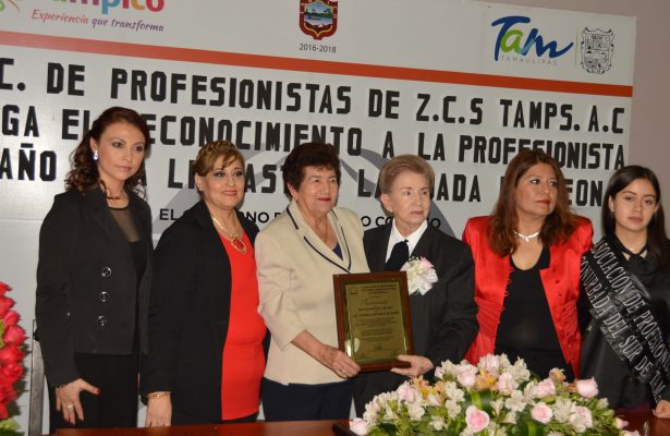 Entregan el reconocimiento como profesionista del año a la Lic. Astrid Lattuada