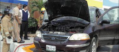 Camioneta se incendia en estacionamiento de centro comercial