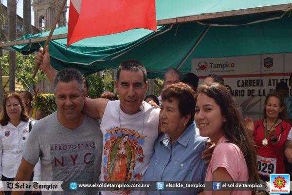 Facundo Calderón Mercado con la alcaldesa Magdalena Peraza Guerra.
