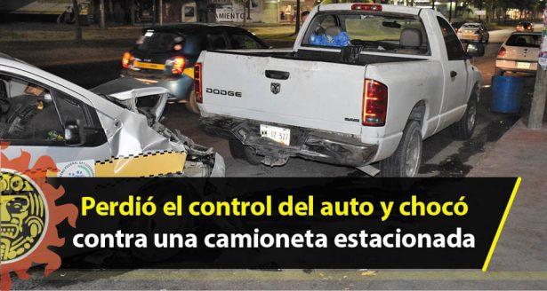 Perdió el control del auto y chocó contra una camioneta estacionada