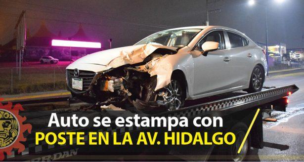 Auto deportivo se estampa con poste en la Av. Hidalgo