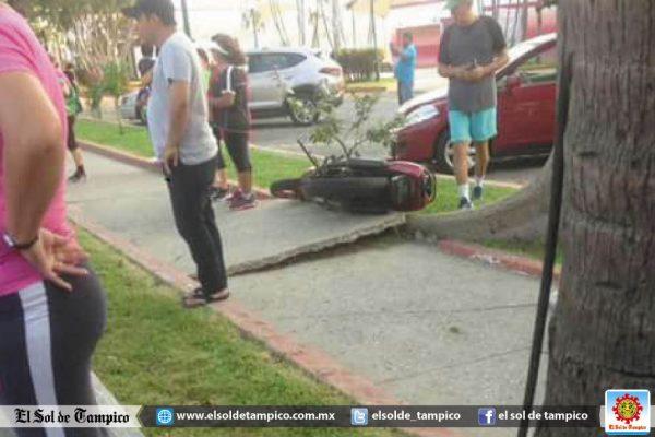 Derrapa motocicleta en la Col. Anáhuac