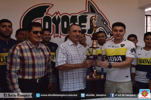 Campeones entregan trofeo al rector de la Universidad del Golfo