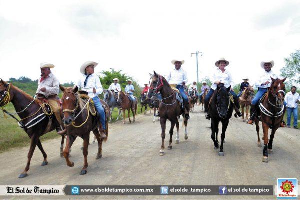 """Los """"Compadres"""" celebran su segundo aniversario con cabalgata"""