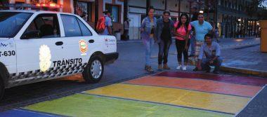 Con la finalidad de concientizar pintaron el paso peatonal con los colores de la bandera LGBT