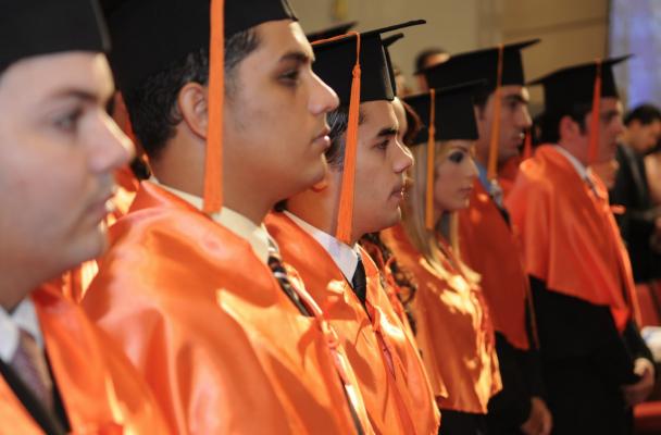 Con préstamos y empeños prendarios, padres de familia subsanan graduaciones de sus hijos.