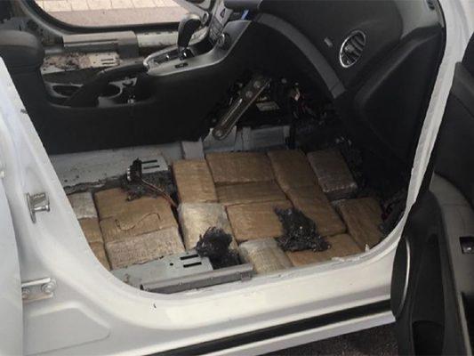 """Encuentran 60 """"ladrillos"""" de mariguana en piso falso de carro"""