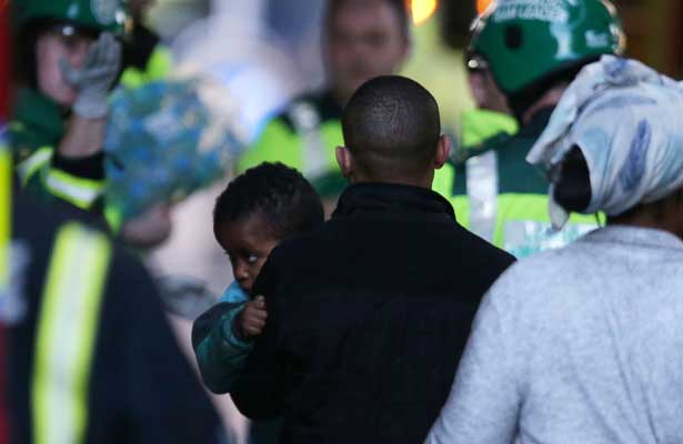 Bebé lanzado desde la torre en llamas en Londres fue atrapado