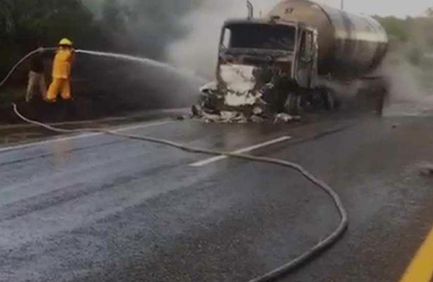 Peligro de explosión al incendiarse una pipa que transportaba gas
