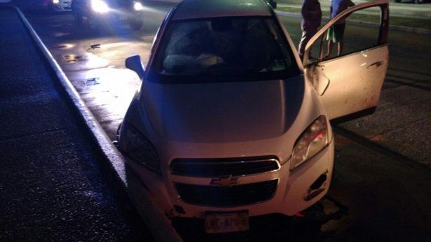 Vuelca camioneta en bulevar costero; un lesionado