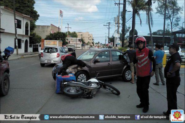 Sobre el cofre de un coche quedó un motociclista
