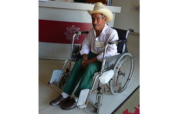 Don Roberto Romualdo pide ayuda para una silla de ruedas