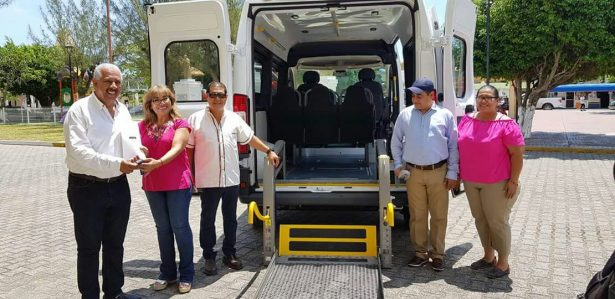 Sistema DIF entrega una ambulancia adaptada