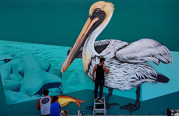 Un pelícano se suma al arte urbano de Playa Miramar