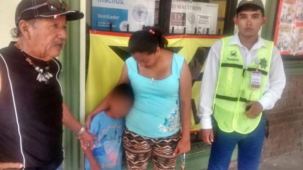 Agentes viales localizan a niño perdido en la zona centro