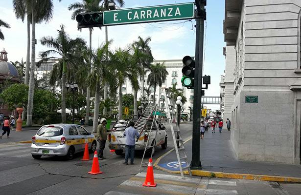 Dan mantenimiento a semáforos de la zona centro