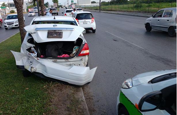Camioneta impacta auto; dos lesionadas