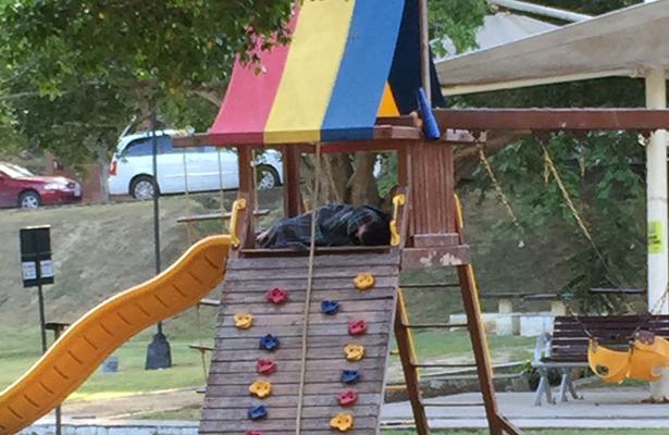 Familia tomó el parque de la colonia Lomas de Rosales como vivienda