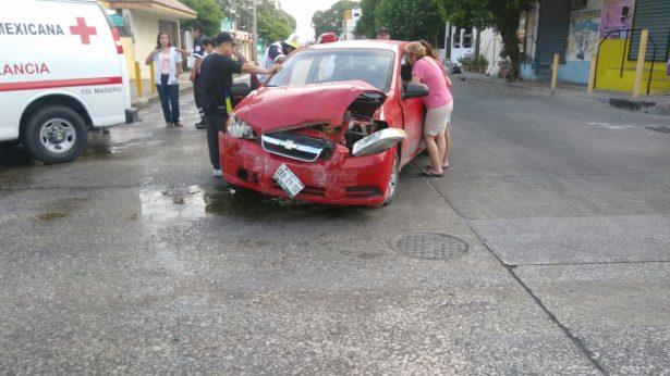Chocan dos autos en peligroso cruce; un lesionado