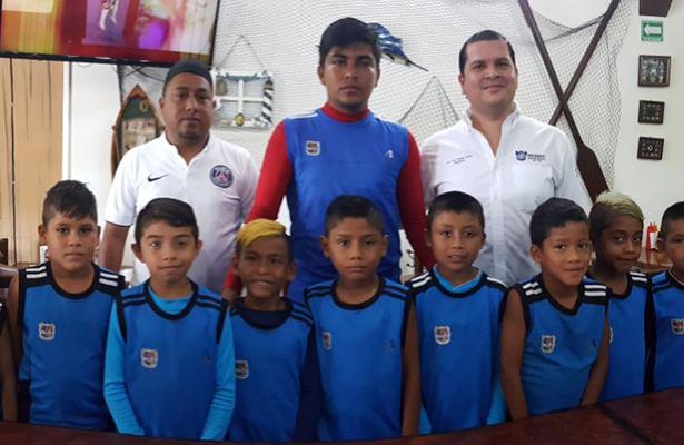 Entregan donativo a selección infantil de futbol