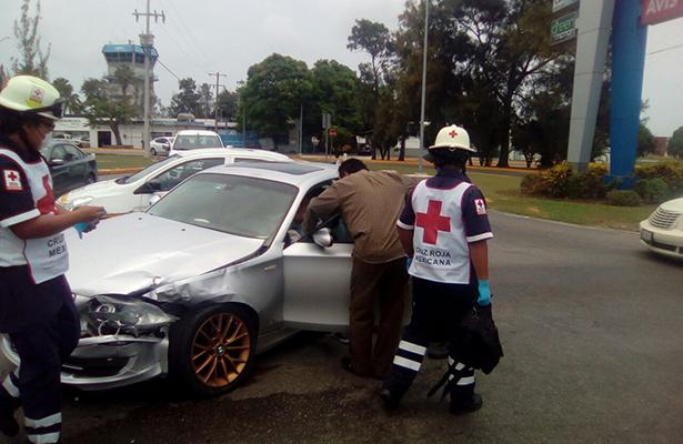 Se impactan automóvil y camioneta; dos lesionados