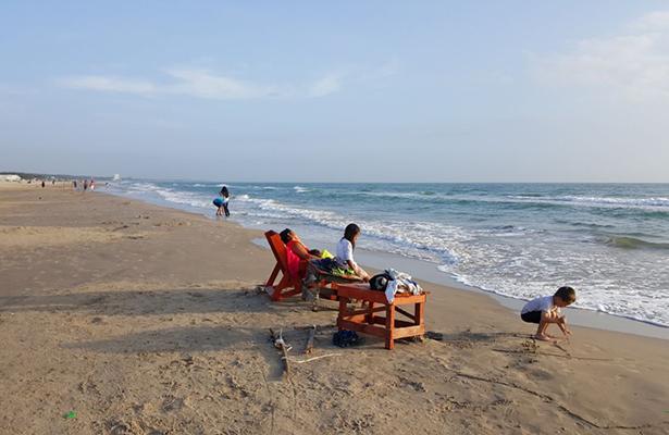 Turistas se rehúsan a dejar la playa, Despreocupados esperan las lluvias