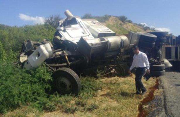 Chocan autobús y tráiler; 2 muertos y 4 lesionados