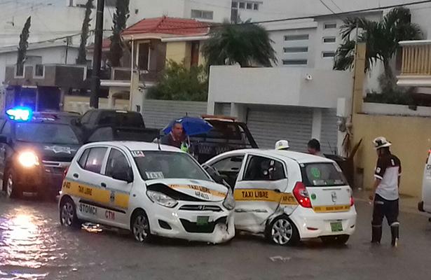 Chocan dos taxis en la Col. Ampliación Unidad Nacional; tres lesionados
