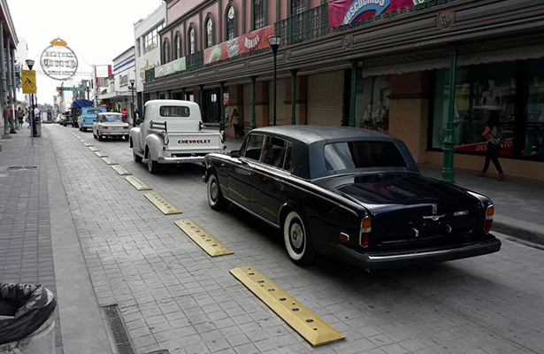 Desfilan autos clásicos en zona centro de Tampico