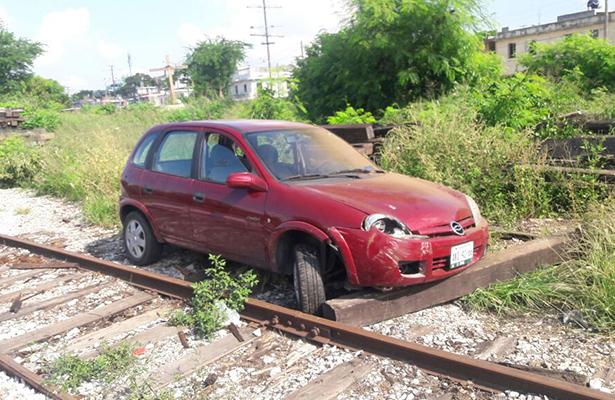 Encuentran automóvil abandonado en las vías del tren