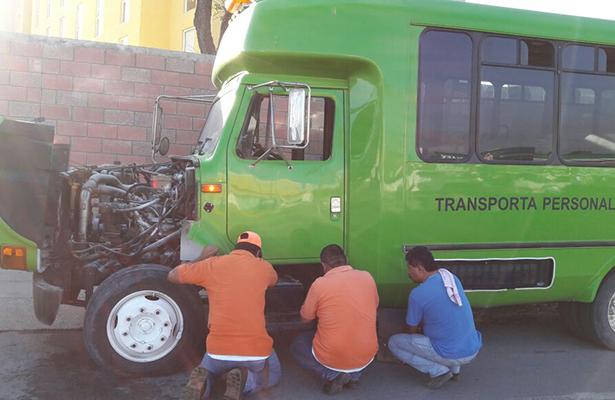 Autobús con trabajadores a punto de incendiarse