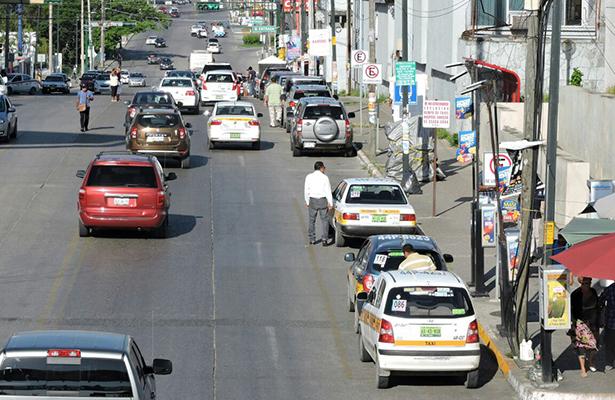 Prohíben estacionarse en la Av. Ejército Mexicano