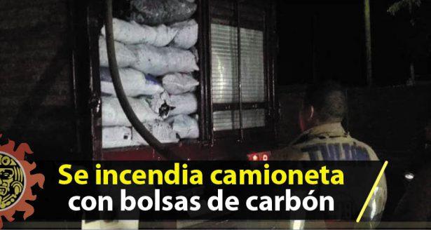 Se incendia camioneta con bolsas de carbón