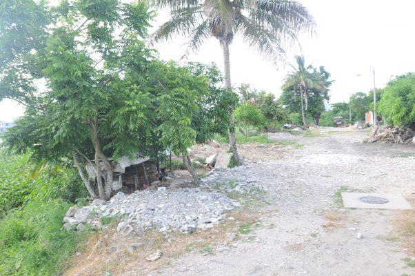 """Con escombro rellenan la laguna """"La Ilusión"""", hacen una calle e instalan criaderos"""
