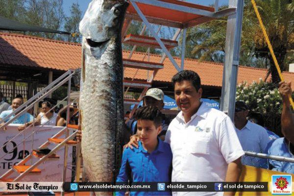 Presencia el gobernador el pesaje y medida de una de las capturas del torneo de pesca del sábalo