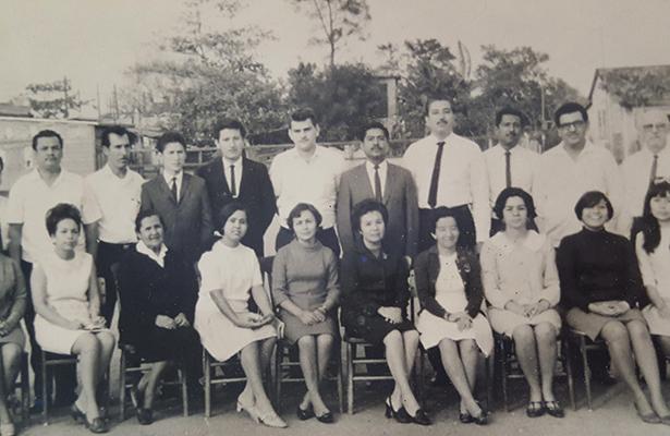 Uno de sus directores fue Roberto Valero Ivón, quien en la imagen aparece acompañado de varios maestros fundadores; al fondo se aprecian las primeras aulas de madera y techo de lámina.