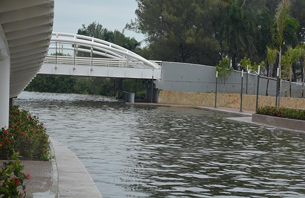 Canal de la Cortadura comienza a desbordarse