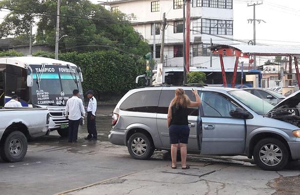 Autobús se estrella con dos autos al fallarle los frenos