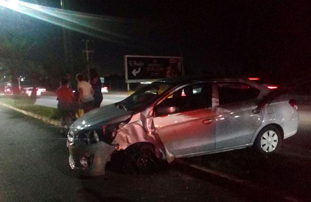 Auto compacto se estrella con poste en la Tampico-Mante