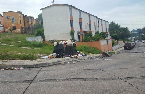 Autoridades municipales recomiendan evitar tirar basura ni muebles en vía publica