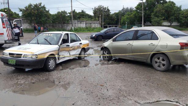 Taxi y auto particular protagonizan accidente vehicular en la Col. La Barra